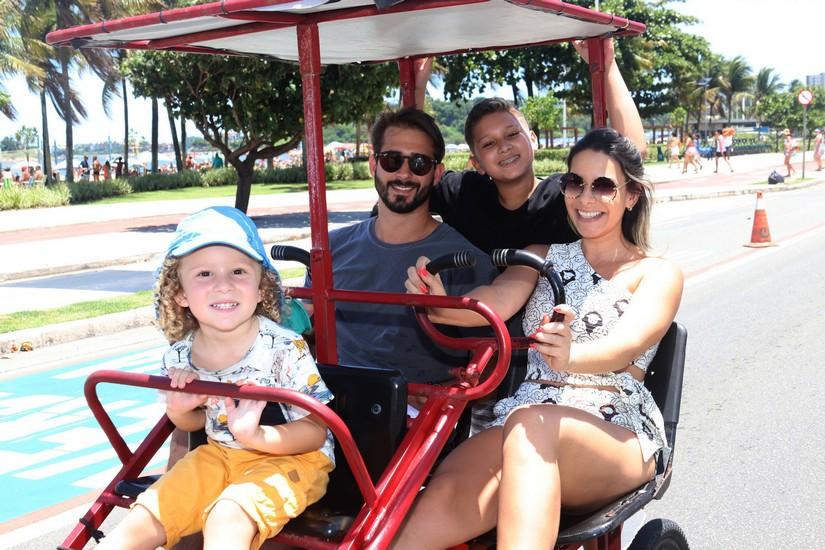 Lucas Montenegro e Rafaella Moraes com Theo e Arthur na Praia de Camburi