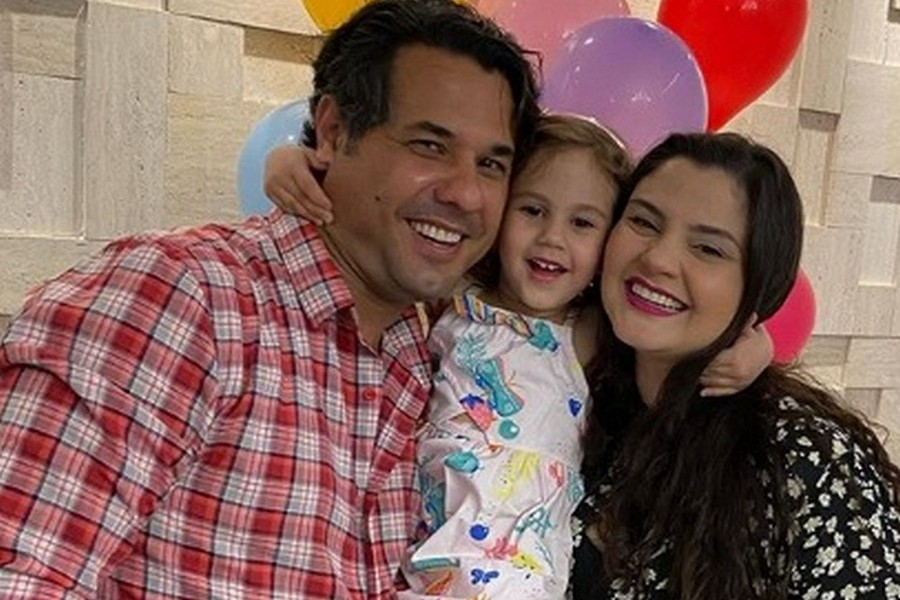 Catarina entre os pais Emerson e Carolina Castiglioni Ferreira