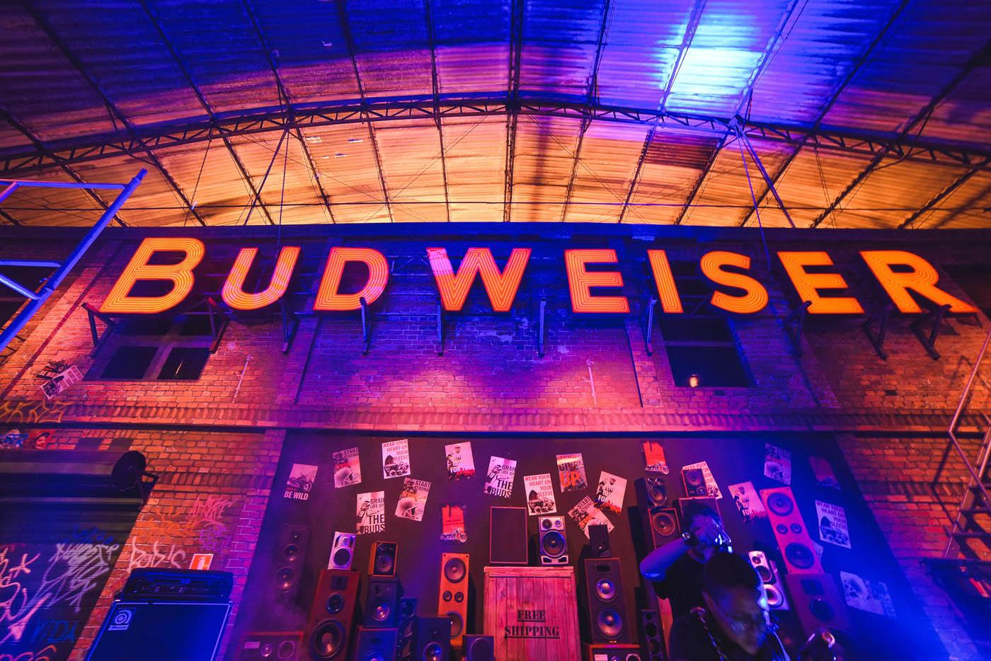 b82b982406 Budweiser leva a autêntica experiência da Bud Basement para dez ...