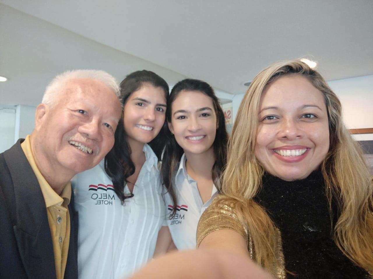 O fotógrafo pioneiro na fotografia social baiana Sun Sun, as empresárias Victoria Melo e Bárbara Melo, e a jornalista e colunista social Yin yee Carneiro, premiada quatro vezes nacionalmente em reconhecimento pelo seu trabalho na Bahia. (Crédito: Divulgação)